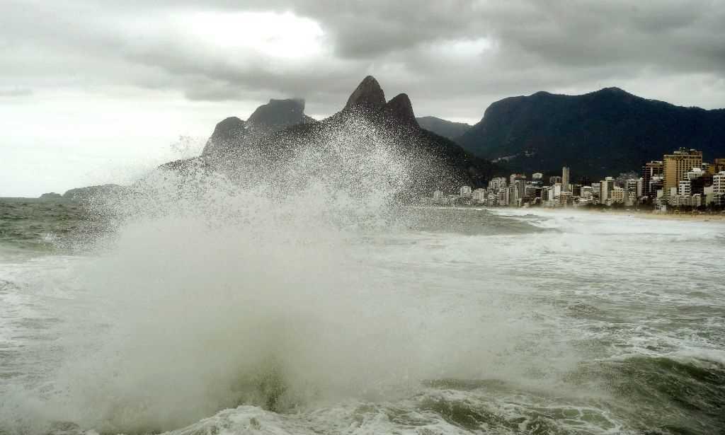 Ressaca provoca destruição na zona sul do Rio