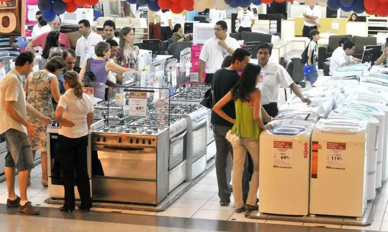 Vendas do comércio caem pelo terceiro mês seguido, diz IBGE