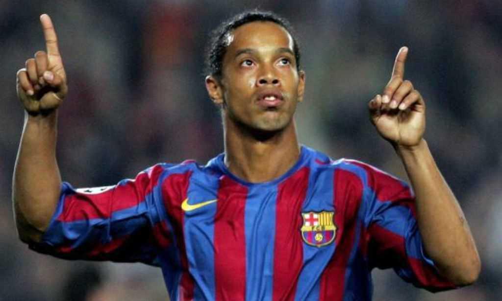 Ronaldinho Gaúcho dá três assistências em jogo de lendas do