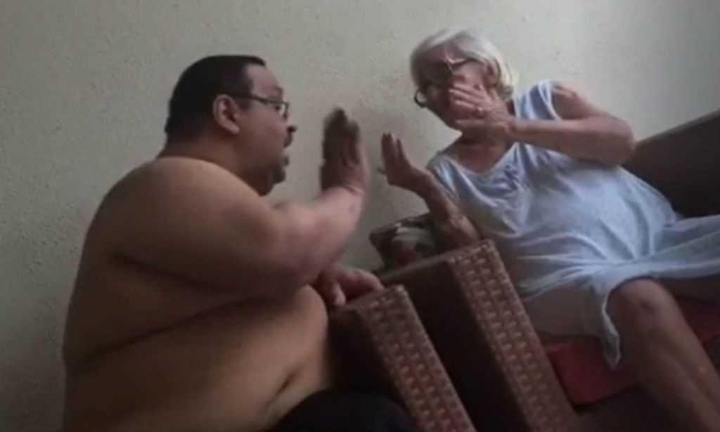 Homem é flagrado agredindo a mãe; veja o vídeo