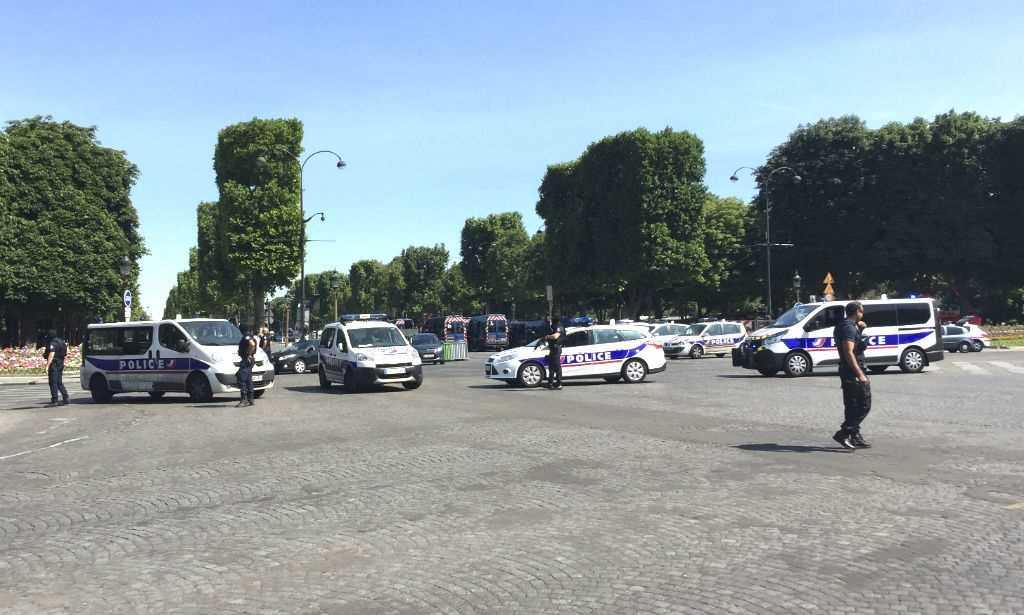 Veículo atinge furgão da polícia na avenida Champs-Elysées em Paris