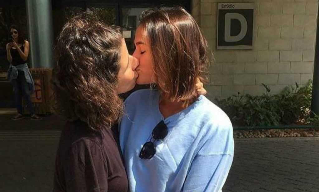 Bruna Marquezine e Tatá Werneck beijam atriz na boca em protesto