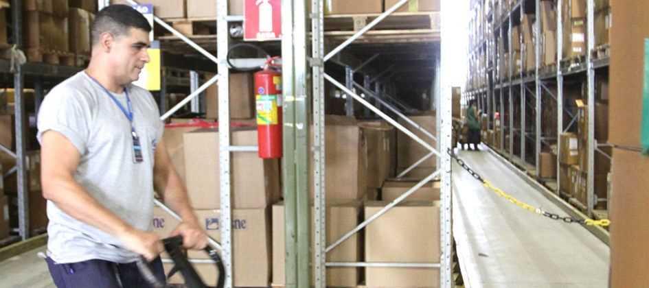 Nario Barbosa: Foto de Fabio Moreno no galpão fazendo a locomoção de caixas