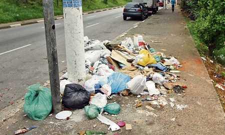Calçadas são usadas para descartar lixo em Diadema Diário do Grande ABC - Notícias e informações do Grande ABC: Santo André, São Bernardo, São Caetano, Diadema, Mauá, Ribeirão Pires e Rio Grande da Serra
